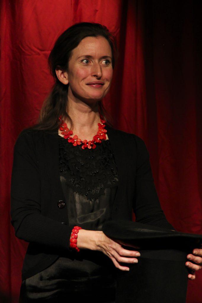 Maria Junghans sørger for den gode stemning til Story Slam Danmark Åbent. Foto: Rune Lindholm